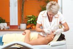 Adolescente que recibe el tratamiento cosmético en balneario de la belleza Imagen de archivo libre de regalías