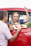 Adolescente que recibe sus placas del principiante Imagen de archivo