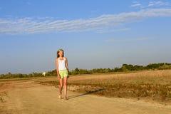 Adolescente que recorre en el camino arenoso Foto de archivo libre de regalías