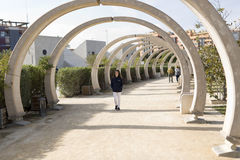 Adolescente que recorre en un parque Fotografía de archivo