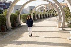Adolescente que recorre en un parque Imagen de archivo libre de regalías