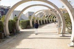 Adolescente que recorre en un parque Imagenes de archivo