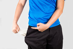 Adolescente que saca y que señala sus bolsillos vacíos Foto de archivo libre de regalías