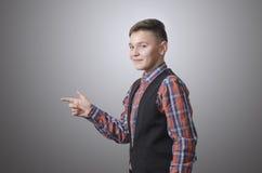 Adolescente que señala en algo Foto de archivo