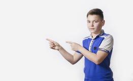 Adolescente que señala en algo Fotos de archivo
