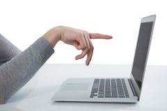 Adolescente que señala en la pantalla del ordenador portátil Foto de archivo