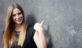 Adolescente que señala a la cara Fotografía de archivo