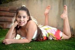 Adolescente que se acuesta en la hierba Imagen de archivo libre de regalías