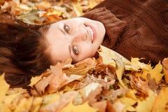 Adolescente que se acuesta en las hojas Fotos de archivo