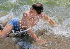Adolescente que se baña en el mar Imagen de archivo
