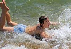 Adolescente que se baña en el mar Fotografía de archivo