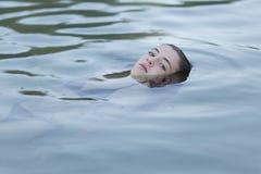 Adolescente que se baña en un lago Fotos de archivo