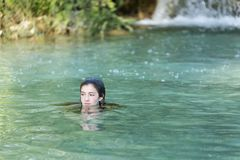 Adolescente que se baña en un lago Fotografía de archivo