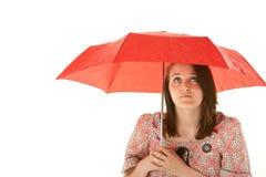 Adolescente que se coloca bajo el paraguas rojo Fotografía de archivo libre de regalías