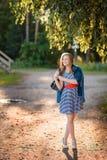 Adolescente que se coloca cerca de un abedul Fotos de archivo