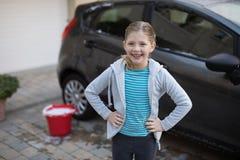 Adolescente que se coloca cerca del coche Imagen de archivo