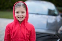 Adolescente que se coloca cerca del coche Fotos de archivo libres de regalías