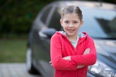Adolescente que se coloca cerca del coche Foto de archivo libre de regalías