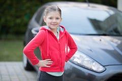 Adolescente que se coloca cerca del coche Imagenes de archivo