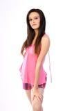 Adolescente que se coloca con la alineada rosada Fotos de archivo