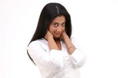 Adolescente que se coloca con la camisa blanca Fotos de archivo