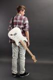 Adolescente que se coloca con la guitarra eléctrica Fotos de archivo libres de regalías