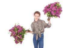 Adolescente que se coloca con la lila en ambas manos Imágenes de archivo libres de regalías