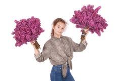 Adolescente que se coloca con la lila en ambas manos Fotos de archivo