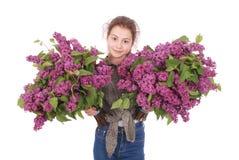 Adolescente que se coloca con la lila en ambas manos Imagen de archivo libre de regalías