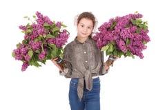 Adolescente que se coloca con la lila en ambas manos Imagenes de archivo