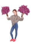 Adolescente que se coloca con la lila en ambas manos Fotografía de archivo