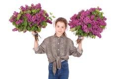 Adolescente que se coloca con la lila en ambas manos Fotos de archivo libres de regalías
