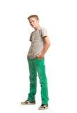 Adolescente que se coloca con las manos en bolsillos Imagenes de archivo