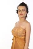 Adolescente que se coloca con los auriculares Fotografía de archivo