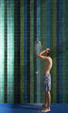 Adolescente que se coloca debajo de ducha Fotos de archivo libres de regalías