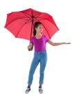 Adolescente que se coloca debajo de un paraguas rojo Imágenes de archivo libres de regalías