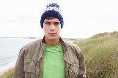 Adolescente que se coloca en dunas de arena Fotografía de archivo