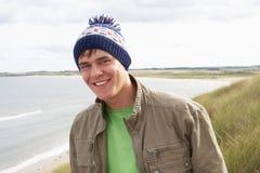 Adolescente que se coloca en dunas de arena Fotografía de archivo libre de regalías