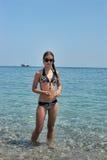 Adolescente que se coloca en el mar Fotografía de archivo libre de regalías