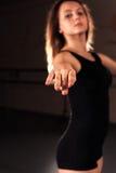 Adolescente que se coloca en la posición de ballet Imágenes de archivo libres de regalías