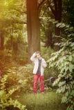 Adolescente que se coloca en naturaleza Fotografía de archivo libre de regalías