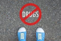 Adolescente que se coloca en NINGUNA ZONA de las DROGAS Imágenes de archivo libres de regalías