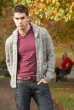 Adolescente que se coloca en parque del otoño Imagen de archivo