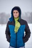 Adolescente que se coloca en un campo nevoso Fotos de archivo libres de regalías