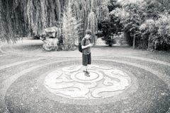 Adolescente que se coloca en un ornamento Fotografía de archivo