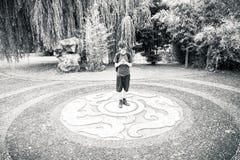 Adolescente que se coloca en un ornamento chino Fotografía de archivo libre de regalías