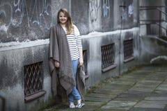 Adolescente que se coloca en un poncho El caminar Imagen de archivo