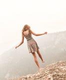 Adolescente que se coloca en una pierna Imágenes de archivo libres de regalías