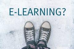 Adolescente que se coloca sobre título del aprendizaje electrónico en la calle Fotografía de archivo libre de regalías