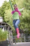 Adolescente que se divierte al aire libre Fotografía de archivo